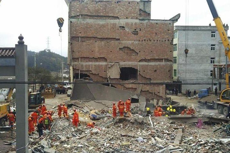 Rescatistas buscan víctimas luego del desplome de cuatro edificios en Wenzhou, China. (EFE).