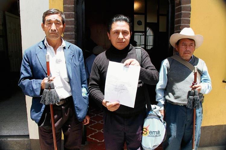 Líderes comunitarios  muestran el documento en el que se indica la razón del porque el alcalde de Momostenango los acusa de coacción. (Foto Prensa Libre: Édgar Domínguez)
