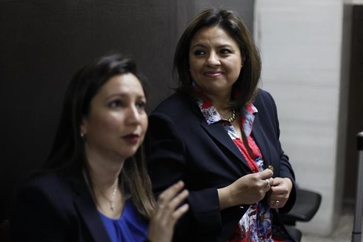 La canciller Sandra Jovel (de rojo) y su abogada al terminar la audiencia en el Juzgado Sexto Penal. (Foto Prensa Libre: Paulo Raquec).