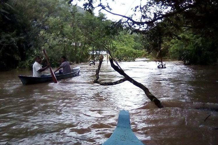 Vecinos de Rubel Cacao, Lívingston, Izabal, utilizan lanchas para salir de la comunidad, afectada por las inundaciones. (Foto Prensa Libre: Dony Stewart)