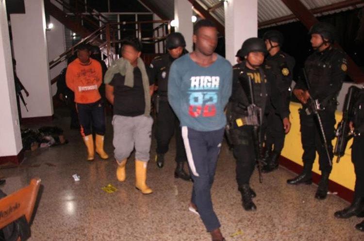 Ocupantes de la embarcación fueron puestos a disposición de la justicia. (Foto Prensa Libre: PNC)