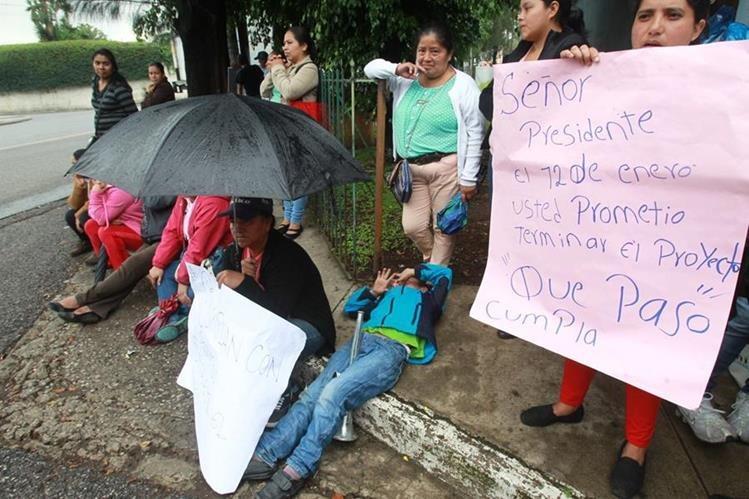 Personas afectadas en el deslave del Cambray 2, , realizaron una manifestaci—n pacifica enfrente del Ministerio de Comunicaciones en donde exigieron la entrega de las casas. (Foto Prensa Libre Estuardo Paredes)