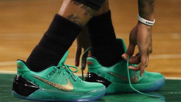 Los zapatos que utilizó en honor a su hermana, con el nombre de ella y la fecha de su muerte. (Getty)