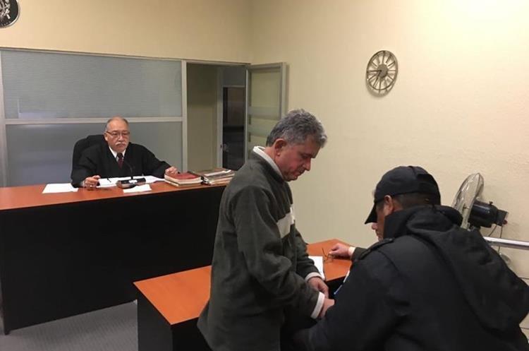 Jorge Antillón Klüssmann al momento que el juez de turno lo envía a prisión preventiva a Mariscal Zavala. (Foto Prensa Libre: Carlos Hernández Ovalle)