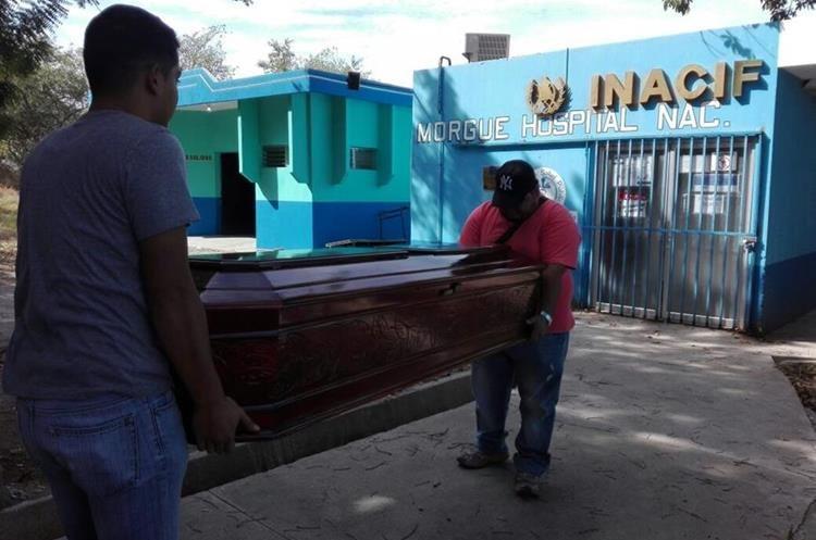 Los restos del pasajero son retirados de la morgue de Guastatoya, El Progreso. (Foto Prensa Libre: Hugo Oliva).