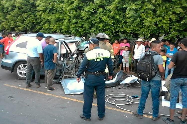 Vecinos y familiares llegan a identificar las víctimas. (Foto Prensa Libre: Whitmer Barrera).