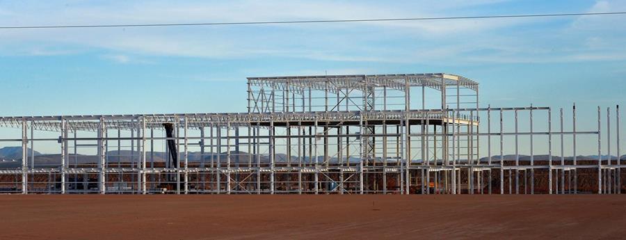 La construcción que había sido comenzada en el sitio de una fábrica de automóviles Ford fuera de servicio en Villa de Reyes, cerca de San Luis Potosí, México. (Foto Prensa Libre: AFP).
