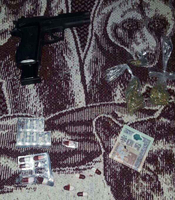 En la zona 7 se decomisaron cápsulas de cocaína, piedras de crack y una pistola. (Foto Prensa Libre: PNC)