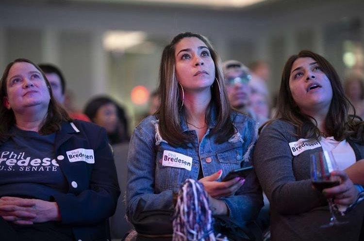 Seguidores del candidato al senado Phil Bredesen observan los resultados de la elección en el Hilton Nashville