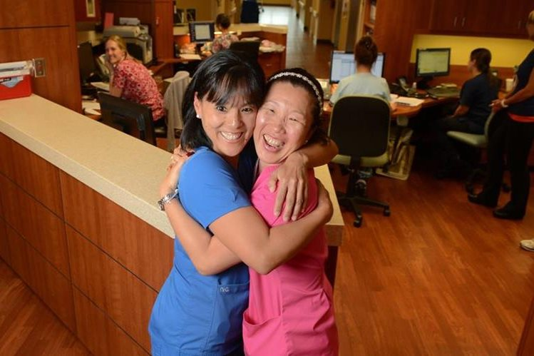 Meagan Hughes y Holly Hoyle OBrien, felices tras su reencuentro. (Foto Prensa Libre: AP).