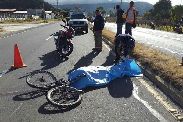 <p>El cuerpo de la víctima quedó sobre la cinta asfáltica. (Foto Prensa Libre: Víctor Chamalé)</p>
