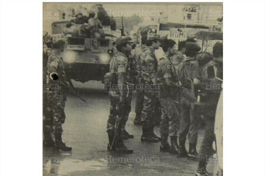 Numerosos elementos de tropa, apoyados por tanques, acudieron al lugar donde las fuerzas de seguridad desarticularon el cuartel guerrillero. ( Foto: Hemeroteca PL)