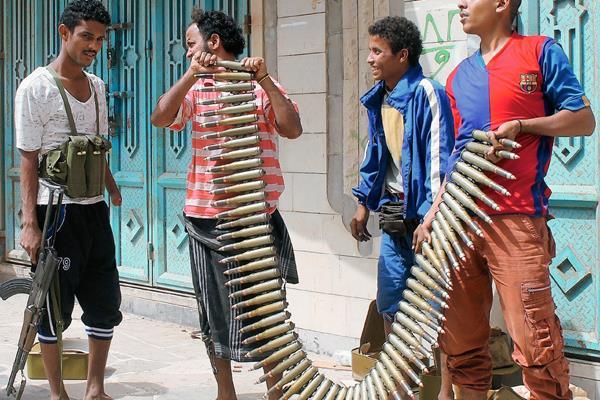 Combatientes yemeníes opuestos a los rebeldes hutíes tienen un cinturón de bala en Adén. (Foto Prensa LIbre: AFP)