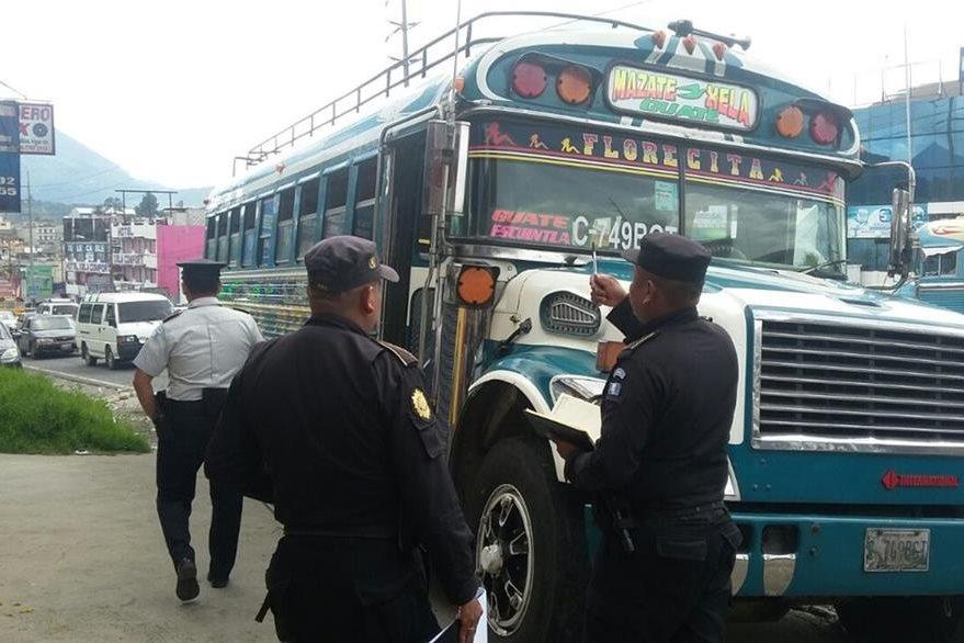 La unidad de los transportes Flor de Mayo quedo varada en la 29 avenida de la zona 7. (Foto Prensa Libre: Carlos Ventura)