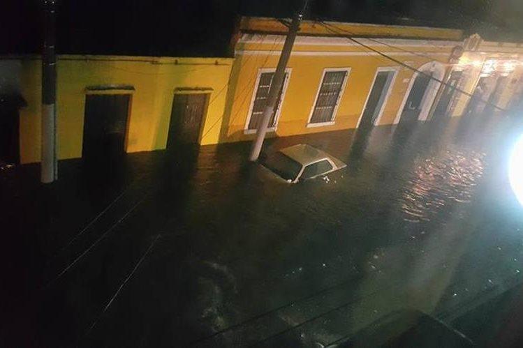 Por la lluvia en Xela varias zonas quedaron inundadas, en la zona 1 un vehículo quedó atrapado en la inundación. (Foto Prensa Libre: Karla Anleu)