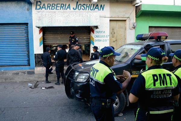 Personal del Ministerio Público recolectó cuatro  casquillos de bala en el escenario del crimen. (Foto Prensa Libre)