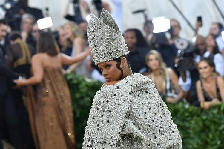 La cantante Rihanna y su atuendo simulando a un Papa.