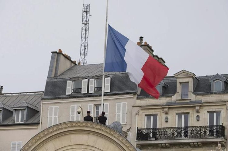 LAN83. Paris (France), 14/11/2015.- The French flag is set at half mast after French president Francois Hollande declared three days of national mourning, at the Elysee Palace in Paris, France, 14 November 2015. At least 120 people have been killed in a series of attacks in Paris on 13 November, according to French officials. Eight assailants were killed, seven when they detonated their explosive belts, and one when he was shot by officers, police said. (Francia) EFE/EPA/IAN LANGSDON