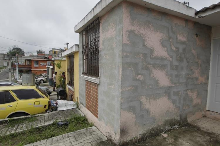 Las viviendas han sido declaradas inhabitables por el riesgo de hundimientos, deslizamientos y derrumbes. (Foto Prensa Libre: Edwin Bercián)