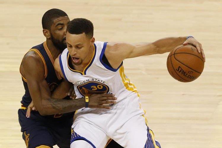 Kyrie Irving (L) trata de detener a Stephen Curry en el segundo partido de la serie. (Foto Prensa Libre: EFE)