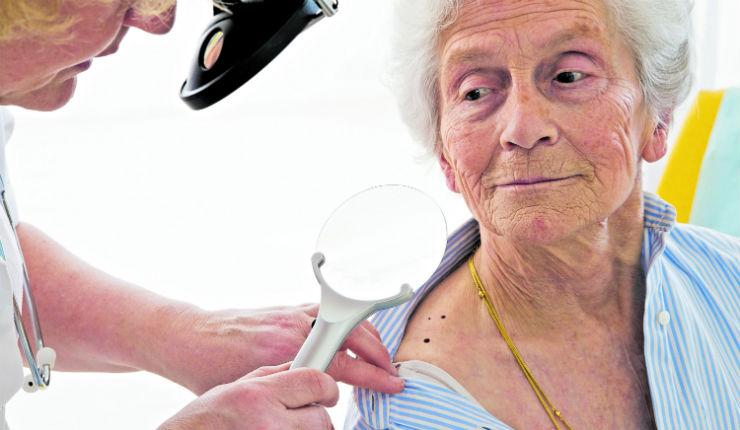 Es muy importante practicar chequeos periódicos en la piel, especialmente en las áreas que no están al alcance de la vista, ya que allí pueden esconderse algunas lesiones. (Foto Prensa Libre: Servicios)