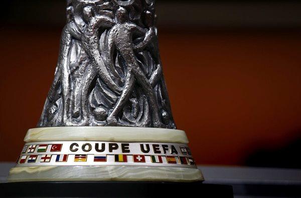 Detalle del trofeo de la UEFA Europa League. (Foto Prensa Libre: EFE)