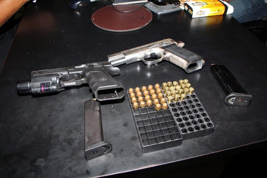 Armas y municiones que les fueron decomisadas a los dos capturados en Retalhuleu. (Foto Prensa Libre: Rolando Miranda)