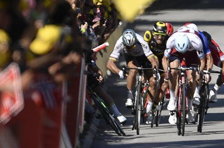 Sagan empuja a Cavendish durante el sprint final. (Foto Prensa Libre: AFP)