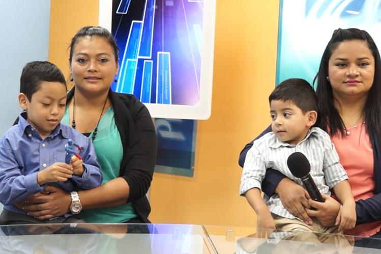 Jefferson Franco y Sebastián Miranda, niños embajadores de Teletón 2016, visitaron la redacción de Prensa Libre. (Foto Prensa Libre: Gabriela López)