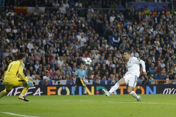 Cristiano intenta anotar su segundo tanto ante el portero Hugo Lloris en el segundo tiempo. (Foto Prensa Libre: AP)