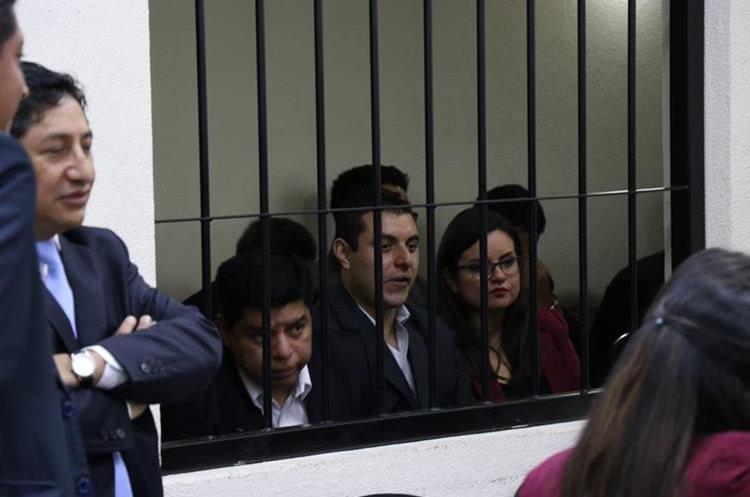 Carlos Illescas, exconcejal, Rene Morales, yerno de Mito y Carmen Barrientos, hija del exalcalde, en la audiencia de este lunes. (Foto Prensa Libre: María Longo)