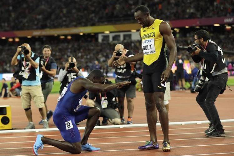 Justin Gatlin mostró reverencia a Usain Bolt, luego de ganarle en los 100 metros del Mundial de Atletismo. (Foto Prensa Libre: AP)