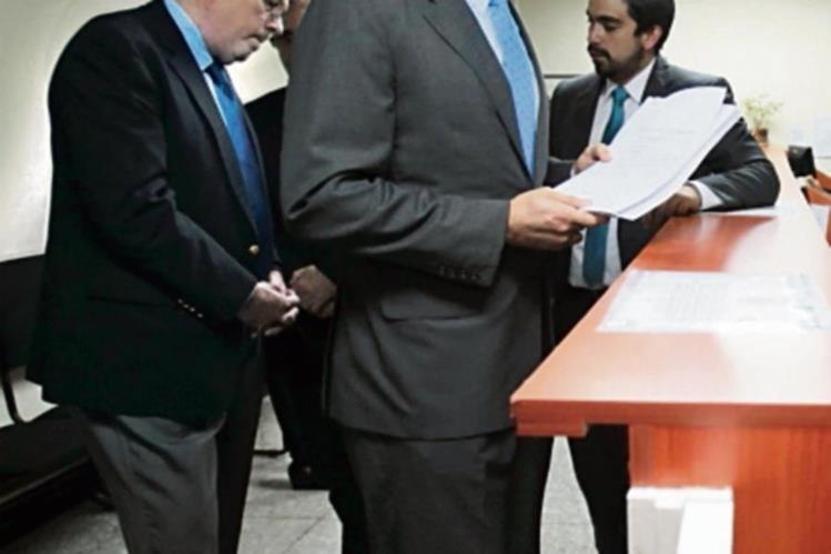 Miguel Medina entrega el amparo en la CSJ.