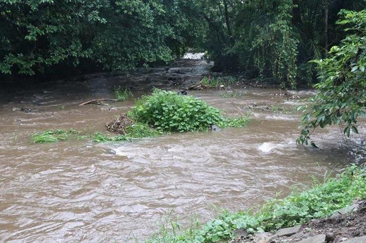 El caudal de varios ríos ha subido debido a las lluvias en Suchitepéquez, donde fueron suspendidas las clases para evitar incidentes. (Foto Prensa Libre: Cristian Icó Soto)
