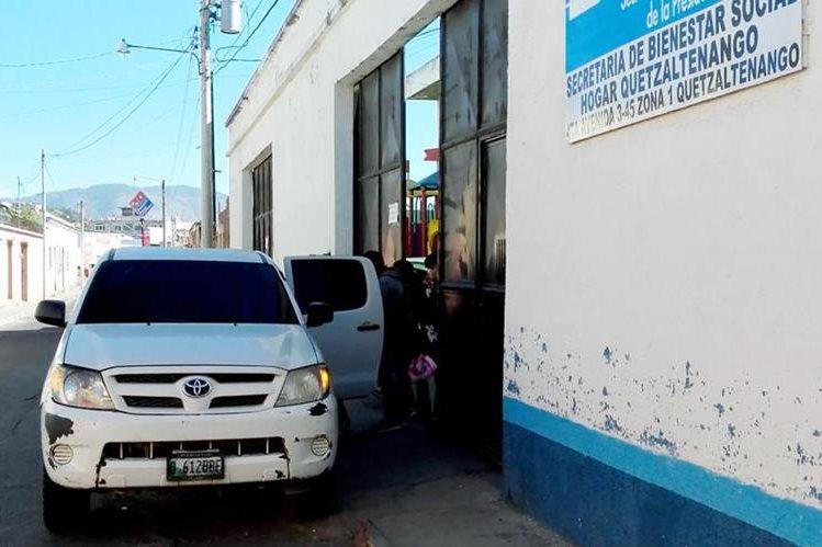 Personal de la Casa Hogar Quetzaltenango traslada a las menores. (Foto Prensa Libre: Carlos Ventura).