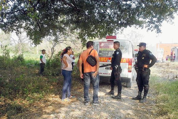 Agentes de  la PNC examinan el área donde Torres fue atacada a balazos  en San Benito, Petén. (Foto Prensa Libre: Rigoberto Escobar)