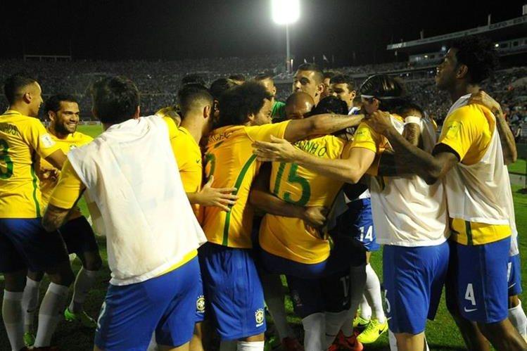 Los jugadores de Brasil celebran la goleada como visitante contra Uruguay en Montevideo. (Foto Prensa Libre: AFP )
