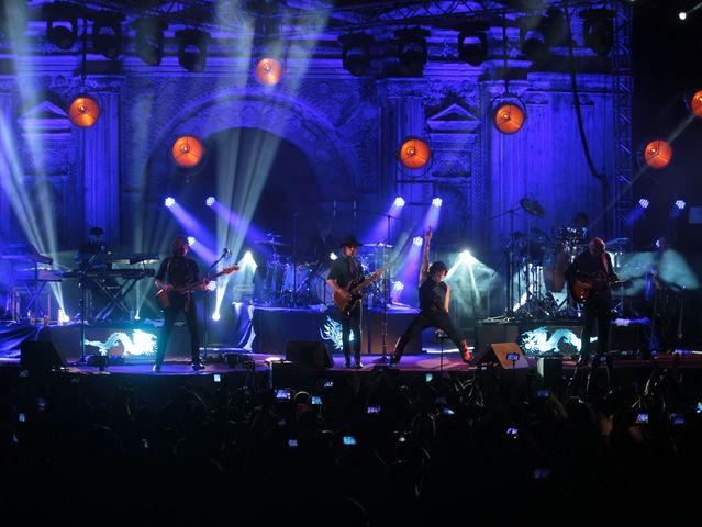 Bunbury durante un concierto en La Ermita de la Santa Cruz, Antigua Guatemala. (Foto Prensa Libre: Keneth Cruz)