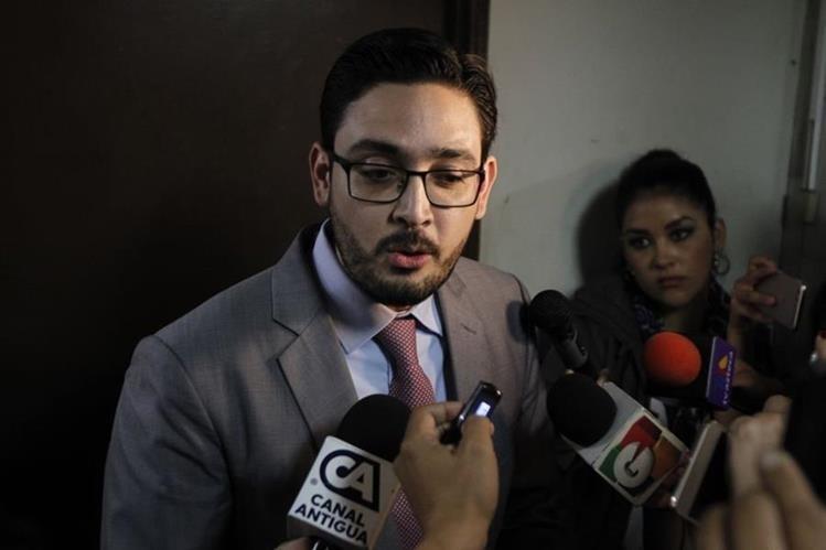 Abogados de Álvaro Arzú llegaron para presentar las pruebas de descargo. (Foto Prensa Libre: Paulo Raquec)