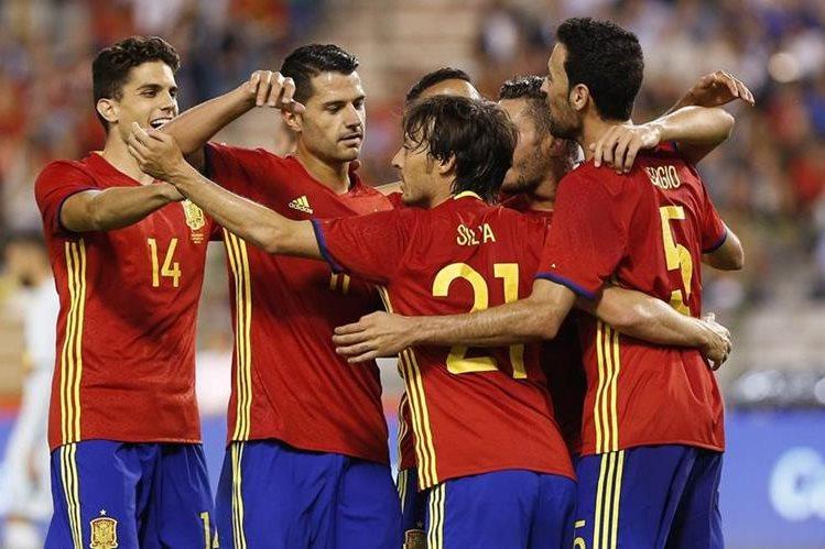 Los jugadores de España festejan después de la anotación de Silva. (Foto Prensa Libre: EFE)
