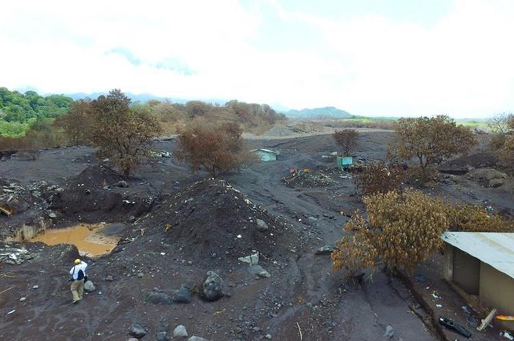 Así se ve la comunidad San Miguel Los Lotes, un mes después de que fue soterrada por la erupción volcánica. (Foto Prensa Libre: Estuardo Paredes)