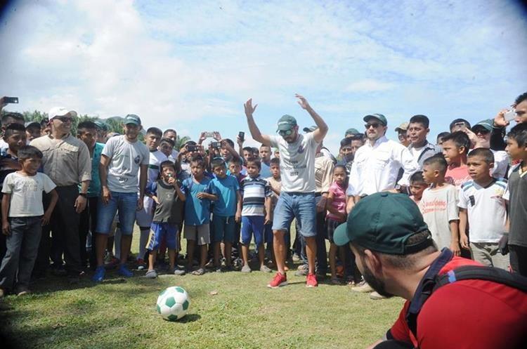 Carlos Kamiani Félix hizo el saque inaugural de la final de la Copa Independencia.