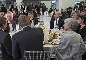 Vladimir Putin (c-derecha) acompañado de Michael Flynn (i) durante una ceremonía en Moscú en diciembre del 2015.(AP).