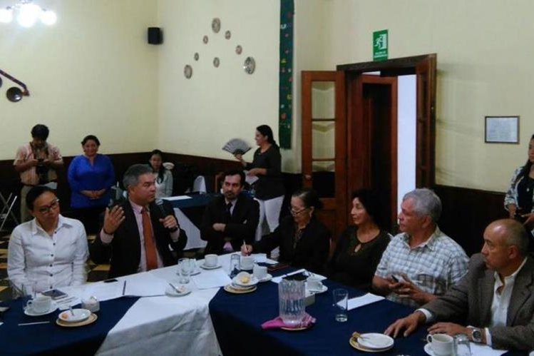 En la reunión de seguimiento acerca de subastas de frecuencias de telecomunicaciones participaron el jefe de la SIT, Raúl Solares (segundo a la izquierda) y el diputado Luis Contreras (quinto). (Foto, Prensa Libre: Rosa María Bolaños)
