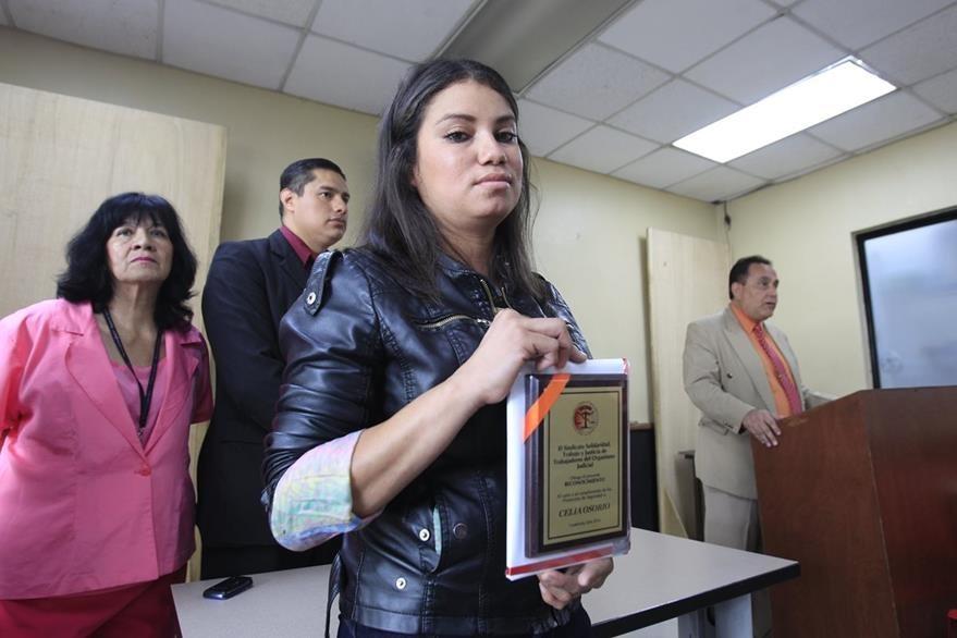 Celia Osorio, guardia de la Corte Suprema de Justicia y de Torre de Tribunales fue condecorada por el Sindicato de Solidaridad del Organismo Judicial como parte de su labor diaria. (Foto Prensa Libre: Edwin Berci‡an)