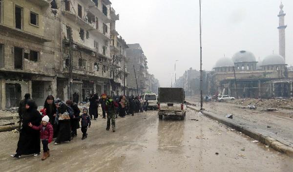 Civiles abandonan la ciudad de Alepo. (AFP).
