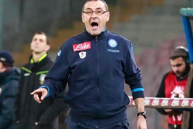 El técnico Maurizio Sarri fue sancionado con dos partidos de suspensión y €20 mil por los insultos al técnico de Inter Roberto Mancini. (Foto Prensa Libre: AFP)