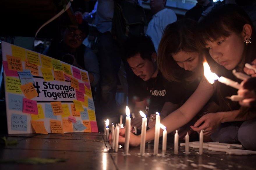 Familiares de las víctimas de la explosión hacen una vigila en Bangkok en memoria de los fallecidos por el atentado. (Foto Prensa Libre: AFP).