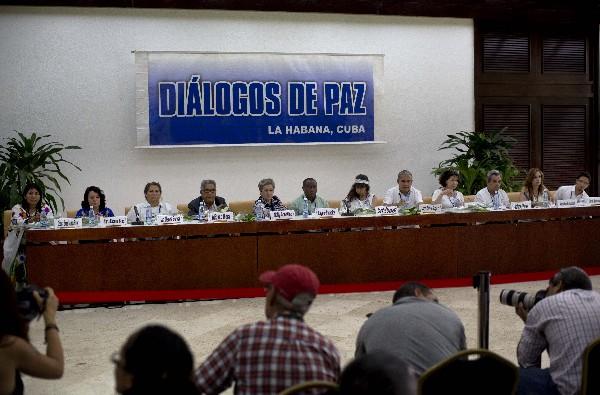 """<em><span class=""""hps"""">Víctimas del conflicto</span> <span class=""""hps"""">armado colombiano</span> <span class=""""hps"""">dan</span> <span class=""""hps"""">una conferencia de prensa en La Habana.</span></em>"""