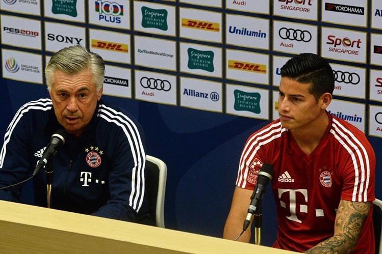 Carlo Ancelotti y James Rodríguez durante la conferencia de prensa que ofrecieron este lunes en Singapur. (Foto Prensa Libre: AFP)